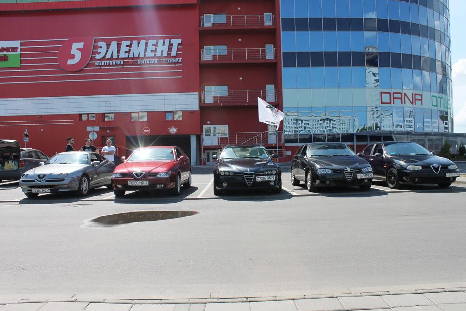 Часть Alfa Romeo возле библиотеки