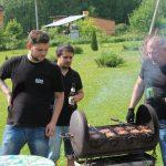 парни готовят котлетки для бургеров :)